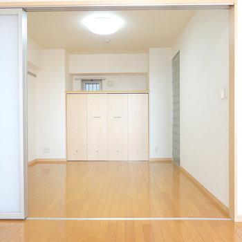 洋室はリビングの隣に。奥には大きめのクローゼット付き。(※写真は9階の同間取り別部屋のものです)