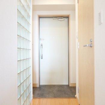 なるほど、玄関との間に嵌っているのですね。シックな色味の土間が良い雰囲気。(※写真は9階の同間取り別部屋のものです)