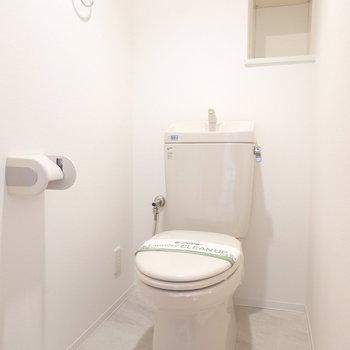 おトイレもシンプルですが真っ白で綺麗な空間。棚付きなので余分な収納も必要ありません。(※写真は9階の同間取り別部屋のものです)