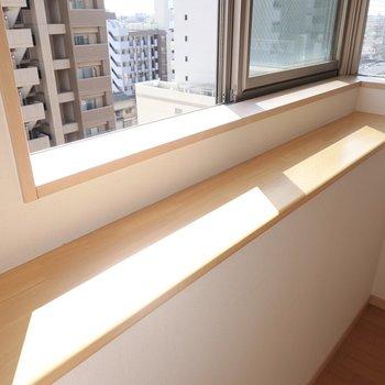 コーナー窓の下にあるスペース。植物を置いたら、紅茶やコーヒーのストックを置いたり。(※写真は9階の同間取り別部屋のものです)