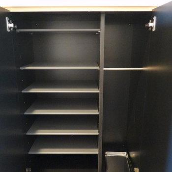 棚の高さを変えられて、傘なども収納できる靴箱。(※写真は9階の同間取り別部屋のものです)