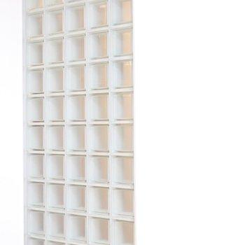 洋室の右奥にはモザイクタイルのようなオシャレなガラス。(※写真は9階の同間取り別部屋のものです)