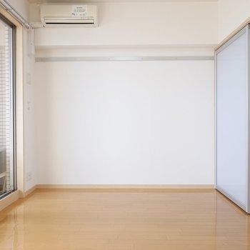 右手には大型テレビとソファを置きたいスッキリとしたリビングスペース。(※写真は9階の同間取り別部屋のものです)