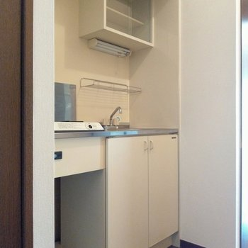 すっきりホワイトのキッチン。(※写真は2階同間取り別部屋のものです)