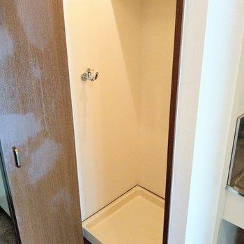 洗濯機置場はキッチン横に。(※写真は2階同間取り別部屋のものです)