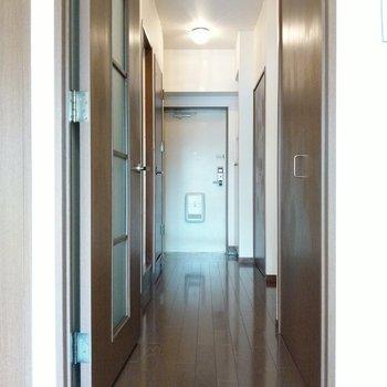 廊下もしっかりありますよ。一番手前の扉は…?(※写真は2階同間取り別部屋のものです)