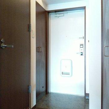 玄関は土間もしっかりスペース。向かって左の扉は…?(※写真は2階同間取り別部屋のものです)