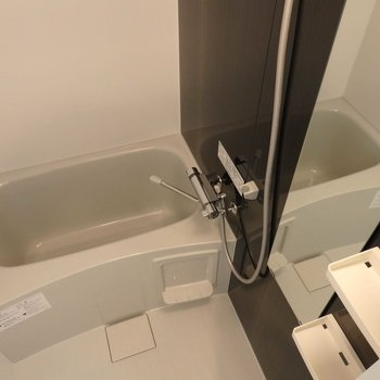 お風呂も広々。(※写真は4階の同間取り別部屋のものです)