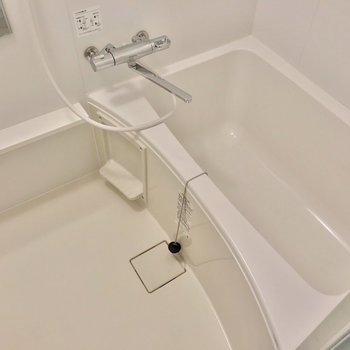 お風呂は温度調節ができるサーモ水栓付きです。