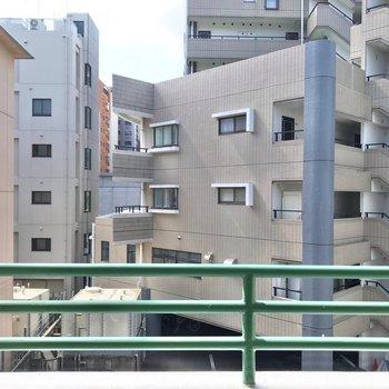 目の前は建物が多いので、カーテンはしっかり用意しておきたいですね。