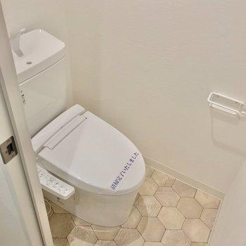 トイレは洗面台の隣に。ウォシュレット付きですよ。