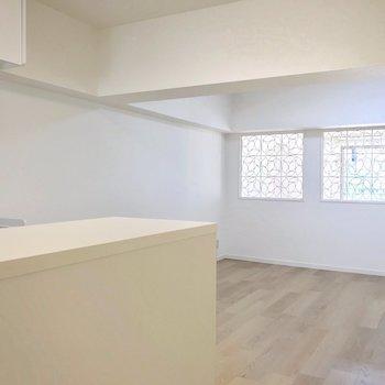 洋室との仕切りの壁が印象的。