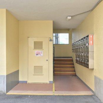 階段をのぼって3階まで。しっかりした幅で家具の搬入は問題なさそうです。