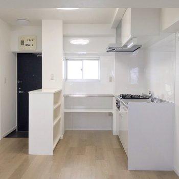 キッチン周りは、コの字型になるように棚が配置されています。