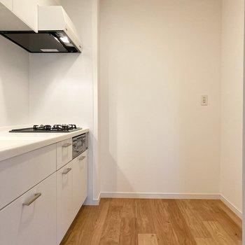 【LDK】奥に行くと白い綺麗なキッチンと出会います。