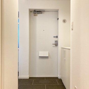 玄関は落ち着いたデザイン。