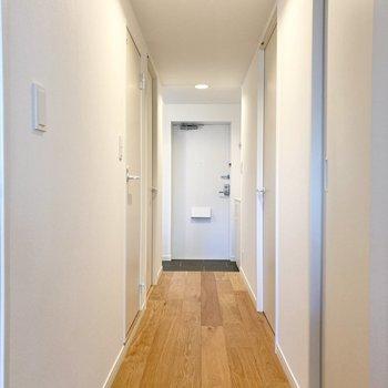 廊下へ進み、書斎からご紹介。