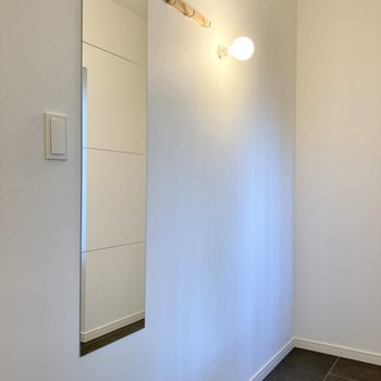 玄関にはコート掛けや姿見を設置しています。