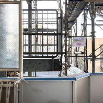 【工事中】土間の窓からは共用廊下が見えています。