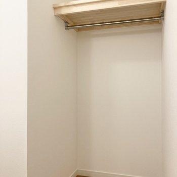 【サービスルーム】背面にはオープンクローゼットもあります!