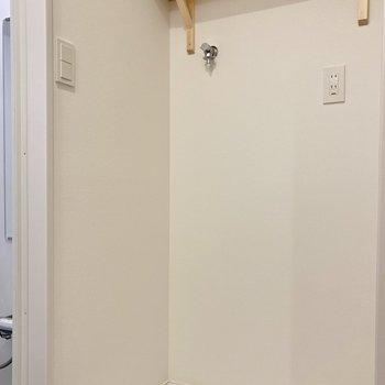 洗面台の向かいに洗濯機置き場です。