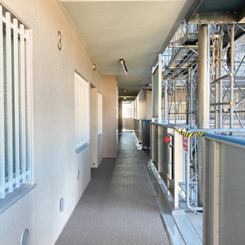 共用廊下は屋根付きで安心です。