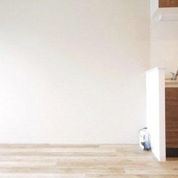 キッチンも木目。ツヤ感がいいですね(※写真は6階の同間取り別部屋のものです)