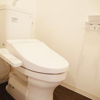 トイレはウォシュレット付き(※写真は6階の同間取り別部屋のものです)