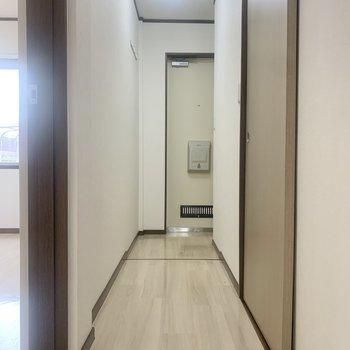 廊下に出て、左側の洋室へ。