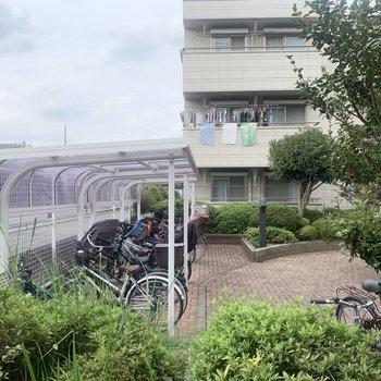 【洋室】横の窓からは駐輪場が見えます。