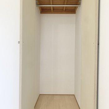 【洋室】スーツやコートはこちらの収納へ。