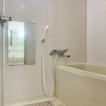 タイル張りのバスルーム。洗い場は十分な広さです。