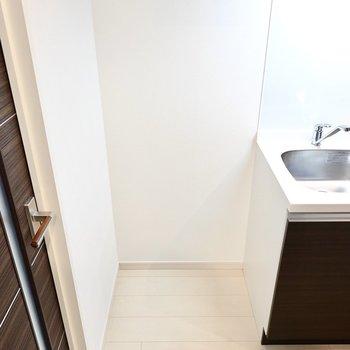 冷蔵庫置き場は左側に。120Lぐらいのサイズがちょうど良さそう。(※写真は6階の同間取り別部屋のものです)