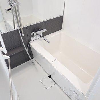 スタイリッシュな形の浴槽に大きなミラー!一日の疲れも吹っ飛びます。(※写真は6階の同間取り別部屋のものです)