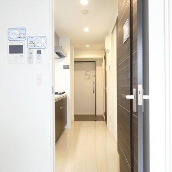 ドアを開けると左手にキッチン。(※写真は6階の同間取り別部屋のものです)