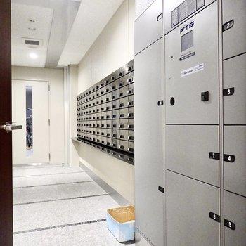 【共用部】1階のエレベーター横のドアを開けると、宅配ボックスやメールボックスがあるスペースへ。