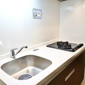 2口コンロに調理スペースもあるので自炊も問題無くできますね。(※写真は6階の同間取り別部屋のものです)
