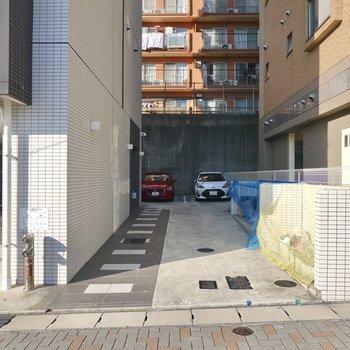 それと反対側には敷地内のゴミ置き場も。こちらの奥にも駐車場があります。