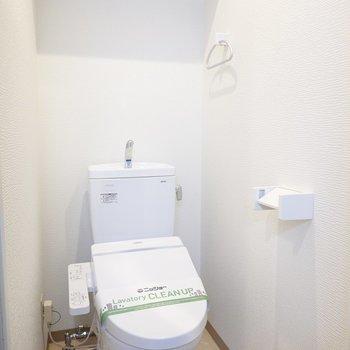 トイレは嬉しいウォシュレット付き。棚付きで収納も必要ありません。(※写真は2階の同間取り別部屋のものです)