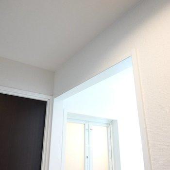 脱衣所のドアはありませんが、仕切りカーテンを設置できます。(※写真は2階の同間取り別部屋のものです)
