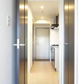 ドアの先はキッチンスペース。(※写真は2階の同間取り別部屋のものです)
