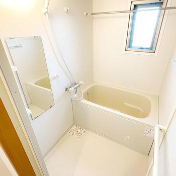 真っ白で清潔感たっぷりのお風呂は浴室乾燥機付き!洗濯物が乾きにくいときはこちらで◎