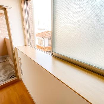 窓辺に植物やガラスオブジェを飾れば、印象的な朝の時間を過ごせそう!