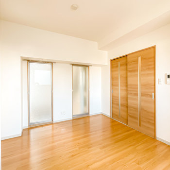 木目調の空間に、特徴的な2つの窓。窓の使い方次第で暮らしの幅が広がるお部屋です。