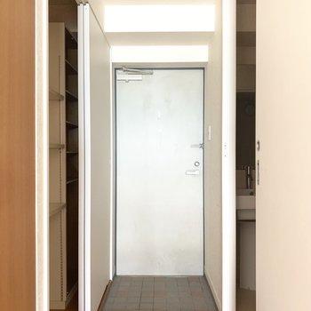 玄関はコンパクトかな(※写真は7階の同間取り別部屋のものです)