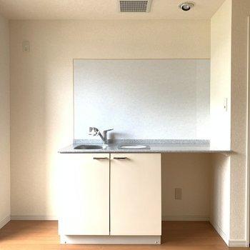 左側に冷蔵庫おけるかな(※写真は7階の同間取り別部屋のものです)