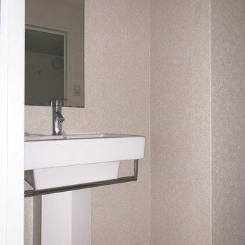 ムダのないシンプルな洗面台(※写真は7階の同間取り別部屋、通電前のものです)