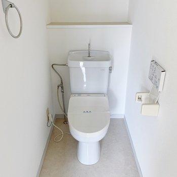 トイレは温水洗浄便座。タオルかけが丸くてかわいいです◯