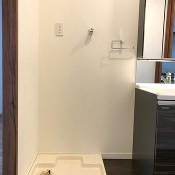 のお隣には洗濯機置き場。※写真は14階の同間取り別部屋のものです