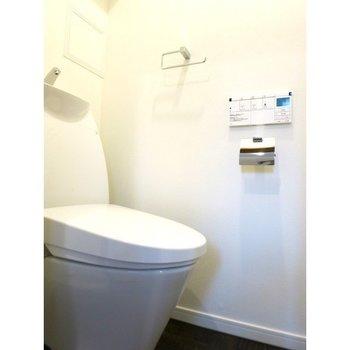 玄関の横にトイレがあります。※写真は14階の同間取り別部屋のものです